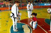 跆拳道小妹妹踢板 跟教練「有樣學樣」反失敗