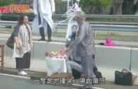逾百死者家屬路祭 的士司機遺孀跪地嚎哭