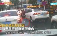 司機車窗亂拋垃圾 霸氣警員撿起來遞回車內