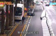 過路男硬跨圍欄被卡著  連人帶欄骨牌式倒下