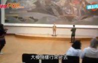 莫斯科藝術館驚現裸男 僅穿T-back駐足巨畫前