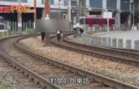三青年闖輕鐵路軌玩命  與列車玩跑步鬥快