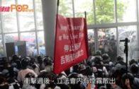 示威者鐵籠車衝擊立會 警讉責:極度暴力