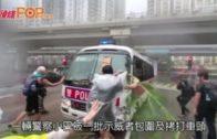 法院外示威者包圍警車  警員倒車走脫困