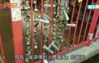 市民串起催淚彈頭及橡膠彈殼 掛荃灣連儂牆