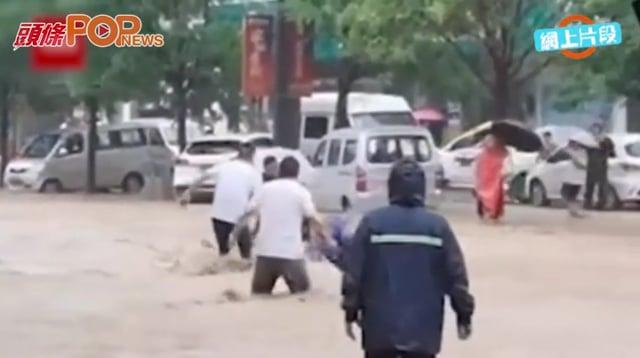洪水恍如猛獸吞噬鄭州 唯有人間真情才能馴服