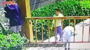 疏忽家長|鄭州母讓兒子鑽升降欄頭被卡欄杆升起「被上吊」