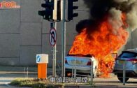 私家車自焚|私家車撞欄起火司機乘客逃過一劫